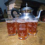 DrissCuisine prépare son thé marocain avec de la menthe et des herbes du jardin pour lui donner un parfum incroyable.